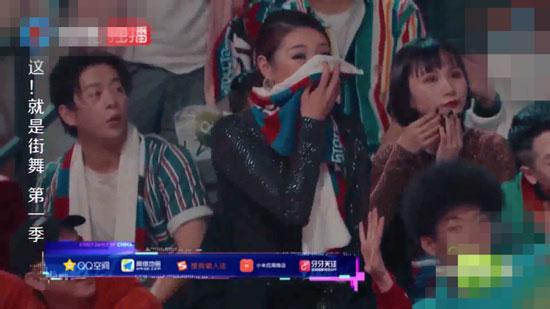 女观众起身喝彩