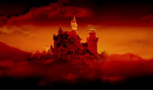 夜幕下的天鹅湖宫殿