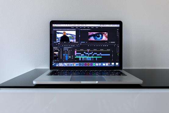图3:使用MacBook进行视频创作