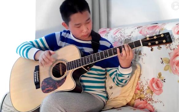 """小学生弹吉他意外成""""网红""""?"""