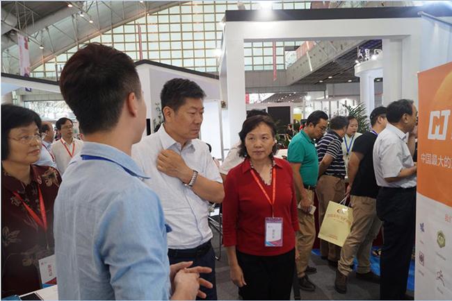 中国版权协会理事长阎晓宏先生参观思杰马克丁展位