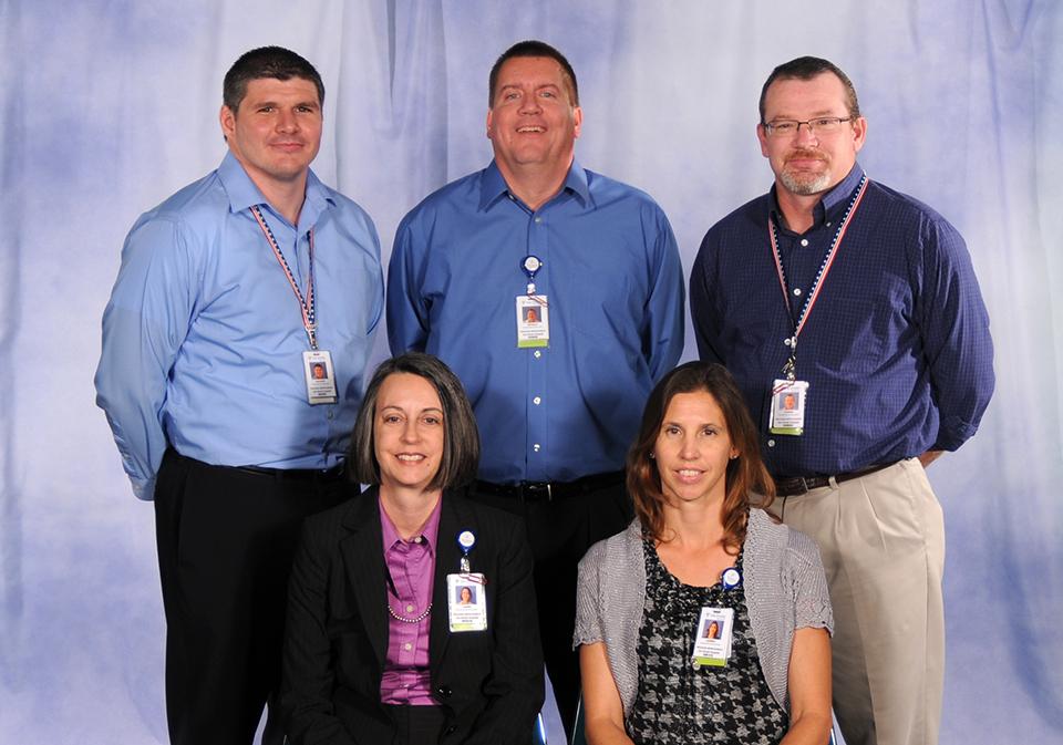 2012年9月,堪萨斯州最大的医疗保健服务提供商克里斯蒂健康中心推出了临床卓越中心。上面显示的是Via Christi Health的黑带团队(图为:(后排)Zach Lewis,Ron Herter,Rob Dreiling, (前排)Laura Thompson和Audrey Henning)。